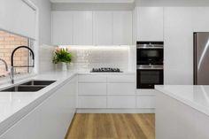 Kitchen Room Design, Kitchen Layout, Home Decor Kitchen, Kitchen Living, Interior Design Kitchen, Home Kitchens, White Kitchen Interior, Interior Modern, Black White Kitchens