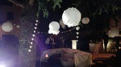 Scene da matrimonio...Impreziosire un giardino con un tocco di creatività: qualche lampada in carta decorata (con piume, pizzi, merletti ed applicazioni) e pendagli in carta a forma di cuori