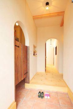 シュークロークの入り口にはウエスタンドアのような扉が House Entrance, Entrance Doors, Family Closet, Entry Hall, Japanese House, Cool Rooms, House Rooms, Room Interior, Interior Architecture