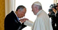 Comente esta foto. Não deveria ser o Papa a beijar a mão de Marcelo?