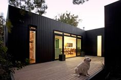"""AUSTRALIAN PREFAB Dark exterior (blend with the pines) open outdoor """"court"""" space. Prefab homes and modular homes in Australia: Modscape Modern Prefab Homes, Prefabricated Houses, Prefab Metal Homes, Small Prefab Homes, House Cladding, Exterior Cladding, Casas Containers, Box Houses, Kit Homes"""