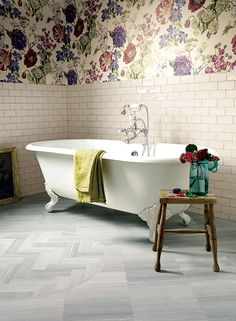 Our range of luxury vinyl tiles is innovative and unrivalled. Our team has over 50 years of experience, ensuring that our luxury vinyl tiles are of the highest quality. Family Bathroom, Small Bathroom, Bathroom Ideas, Home Interior, Interior Design, Luxury Vinyl Flooring, Grey Bathrooms, Country Bathrooms, Bathroom Wallpaper