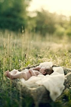 40 sweet newborn session photos: inspiration for newborn photography Foto Newborn, Newborn Shoot, Image Photography, Children Photography, Outdoor Newborn Photography, Sweets Photography, Spring Photography, Photography Studios, Photography Tutorials