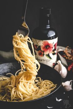 Špagety aglio olio e peperoncino Aglio Olio, Lunch Time, Ale, Food Photography, Spaghetti, Food And Drink, Ethnic Recipes, Drinks, Ideas