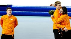 Sven Kramer kijkt toe hoe Jorrit Bergsma en Bob de Jong feest vieren. Wederom een clean sweep in #sochi2014. Tegen de verwachting in wint Jorrit goud op de 10 km (op di 18 febr 2014). Sven klaagt later over pijntjes in de rug.