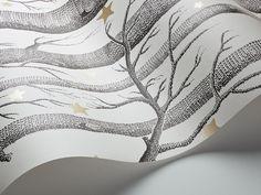 Behang Cole and SonWoods & Stars 103/11050  Behang Cole and Son Woods & Stars heeft het bekende patroon met de bomen én vrolijke sterren. Ideaal voor de slaapkamer. Maar het behangpapier kan nat...