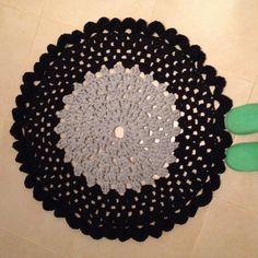 Tapis rond bi-colore crocheté main en tissu recyclé (zpagetti, trapillo, tshirt yarn, hooked) : Textiles et tapis par kali