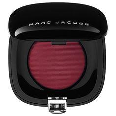 Marc Jacobs Beauty - Shameless Bold Blush - Naughty   Este polvo patentado crea una vibra sin precedentes en tus mejillas. Pequeño por fuera, pero generoso por dentro con color en su estado más puro. Poderoso. Esplendido. Desvergonzado.