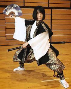 Japanese Samurai Women and traditional Bushi dance. Japanese Culture, Japanese Girl, Katana Girl, Marshal Arts, Sister Poses, Martial Arts Women, Samurai Art, Martial Artists, Martial