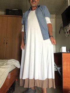 Casual all day dress combined with longer dress, super comfy. This dresses I use to wear for work as well. Men Wearing Dresses, Man Skirt, Men Dress, Shirt Dress, Androgynous Fashion, Kilts, Types Of Fashion Styles, Day Dresses, Freedom