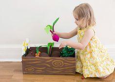 Plantable Felt Garden Box DIY Plantable Garden Box (click through for instructions)Garden State Garden State may refer to: Diy For Kids, Crafts For Kids, Felt Food, Garden Boxes, Garden Ideas, Diy Toys, Fabric Toys Diy, Toy Diy, Handmade Toys