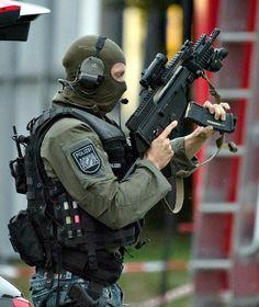 Ein schwer bewaffneter Polizist während der Bluttat des Attentäters in München
