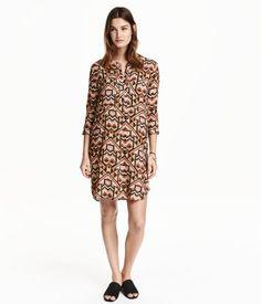 Sort/Mønstret. Lige kjole i vævet viskose. Kjolen har rund halsudskæring med skjult lukning foroven. Brystlommer og trekvartlange ærmer. Slids i siderne.