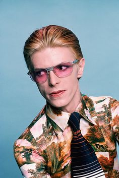 David Bowie in pink sunglasses Get premium, high resolution news photos at Getty Images Music Poster, David Bowie Pictures, Ziggy Played Guitar, Photo Star, Poster Print, The Thin White Duke, Tribute, Star David, Classic Rock
