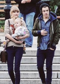 WHAT THE HECK? oh my word Haylor is real! and she is holding Lux haha