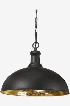 Kattovalaisin metallia. Kruunupistoke. Metallinen kattokuppi ja kiinnike kattokoukulle. Musta. Kullanvärinen sisäpinta. Halkaisija 50 cm, korkeus 39 cm. Johdon pituus 100 cm. E27. Enintään 60 W.