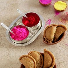 Gujiya with Gulal and Silver Plated Bowl Set Holi Gift, Holi Pictures, Wine Wallpaper, Holi Colors, Indian Festivals, Gift Hampers, Dried Fruit, Online Gifts, Food Plating
