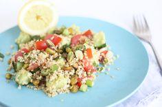 Bulgursalade met pistache Voor 2 personen: 150gr bulgur 2 tomaten 1 komkommer 2 lenteuitjes 1 hand munt 2 handen pistachenoten 1 citroen Bereid de bulgur volgens de de verpakking. Snijd de tomaten, lenteui en de komkommer. Hak de pistachenoten en scheur de muntblaadjes. Doe alles in een schaal, voeg een scheut olijfolie toe en hussel goed. Knijp de citroen uit over de salade.  Eventueel nog wat peper en zout.