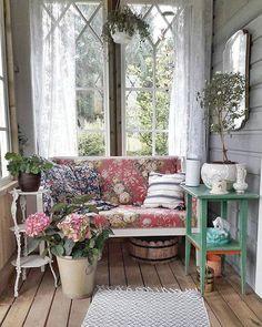 Sunrooms And Decks, Decks And Porches, Estilo Shabby Chic, Shabby Chic Decor, Country Decor, Farmhouse Decor, Porch Decorating, Interior Decorating, Vintage Porch