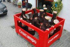 Disfraces con arte. En Cádiz las cajas de Cruzcampo no van en camiones...  #carnaval #carnival #Cadiz
