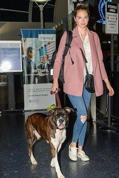 c55516dfc783 Kate Upton wearing Bottega Veneta Nero Intrecciato Nappa Messenger Bag  Celebrity Fashion Looks