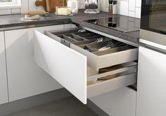 Achter de grote voorraadla is een bestekla verwerkt. Interior Design Kitchen, Stove, Kitchen Appliances, Kitchen Small, House, Mood, Drawers, Bass, Cooking