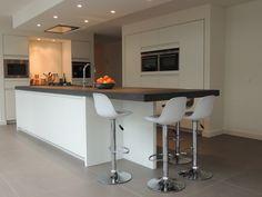 Mat wit gelakte keuken met een granieten blad. www.nnbv.nl