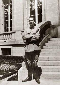 Le lieutenant Nissim de Camondo sur les marches de l'escalier menant au jardin, lors de sa dernière permission en juillet 1917