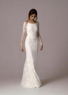 Figurbetontes Brautkleid aus Spitze mit rundem Ausschnitt und langen semitransparenten Ärmeln aus Spitze von ANNA KARA gefunden bei weddingstyle.de
