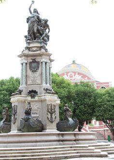 Praça De São Sebastião e o Teatro Amazonas.