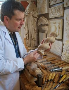 Woodcarving and ornaments in wood for interiors and furniture .Reproduction and period furniture of liege style furniture . Restauration ornaments.