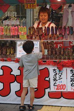 Chocolate coated bananas. Tokyo. Japanese Culture, Japanese Food, World Street Food, Food Vans, Chocolate Coating, Good Customer Service, World Market, Cherry Blossoms, Kyoto