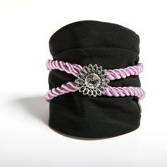 AGUA - Pulsera confeccionada a mano en crespón negro, en crespón negro, con cordón en seda lila y rosetón central de color plata.