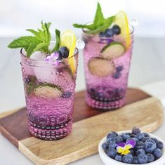 alcoholic party drinks My Blueberry Lemon and Cucumber Gin Mojitos combine sweet blueberries with refreshing lemon,cucumber and mint. A healthy dose of gin unites the flavour pro Gin Cocktail Recipes, Pink Cocktails, Cocktail Drinks, Gin Cucumber Cocktail, Blueberry Juice, Blueberry Drinks, Blueberry Cocktail, Champagne Cocktail, Signature Cocktail