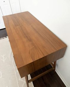Review of the West Elm Mid Century Modern Desk in Acorn, pros and cons and is it worth it West Elm Desk, West Elm Mid Century, Mid Century Modern Desk, Buy Furniture Online, Home Desk, Home Office Design, Furniture Inspiration, Midcentury Modern, Acorn