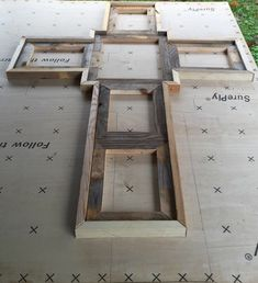 DIY Picture Frame Ideas - The very first thing you notice on entering a room gives a lot of impressions. Be it in a home, office building or church . Pallet Crafts, Frame Crafts, Wood Crafts, Diy Frame, Barn Wood Projects, Diy Projects, Picture On Wood, Picture Frame Cross, Reclaimed Wood Picture Frames