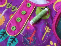 Mit der falschen Knopfleiste lässt sich schnell und einfach nahezu jedes Kleidungsstück wirkungsvoll aufpeppen. Ob am Ausschnitt von Kleid, Top oder Shirt, vorne an Rock oder Hose oder vielleicht am Ärmelsaum? Die Möglichkeiten sind grenzenlos.