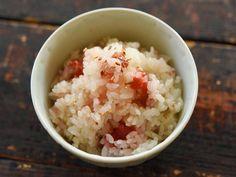 """疲労回復効果のある梅干しを具に、さっぱりとした炊き込みご飯を作ります。ごはんを炊くときに[product id=""""konbutsuyu-shirodashi""""]「ヤマサ昆布つゆ白だし」[/product]で薄味をつけ、梅干しを入れて炊くだけなので、作り方もシンプルです。"""
