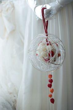 赤城神社さまへ、白無垢にもつボールブーケ。白と金の水引を回し掛けています。その後のご披露宴パーティでも装花を担当させていただき、翌日に花嫁様から、お礼のメ...