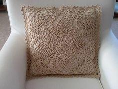 Lindas e criativas capas de almofadas feitas em crochê veja trabalhos lindissimos... Crochet Pillow Cases, Crochet Pillow Patterns Free, Crochet Cushion Cover, Crochet Cushions, Quilt Patterns Free, Crochet Diagram, Filet Crochet, Crochet Motif, Herringbone Quilt