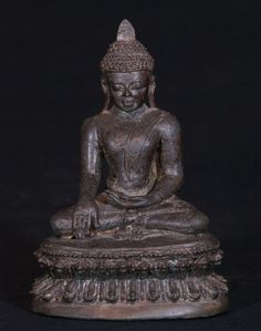 Special - antique Arakan Buddha Material: Bronze 16 cm high 11 cm wide Arakan style Bhumisparsha Mudra 12-13th century A very early Buddha, still in very good condition ! It is currently in my private collection, but I might consider selling it Originating from Burma