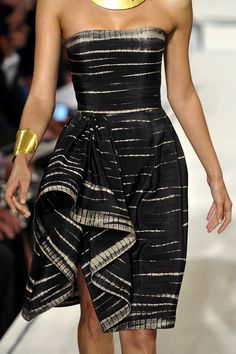 Oscar de la Renta I don't like the way it looks hiked up bu I like the pattern Passion For Fashion, Love Fashion, Runway Fashion, High Fashion, Fashion Show, Womens Fashion, Fashion Design, Black And White Outfit, Black White