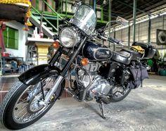 พาเมยหลวง แขกองกฤษ มาทำงาน   She is my love at first sight. My 1st wife. A British Indian mixed blood.  How flirty of me now I have a Japanese mistress. But She always has my utmost respect.   #RoyalEnfield #royalenfieldbullet #bullet500 #RE #vintagemotorcycle #moto #motocycle #engine #uce #efi #vintage #retro #britishbike #bulleteers #classic #beautiful #machine #streetphotography #vintagebike #classicmotorcycle #livetoride #ridetolive