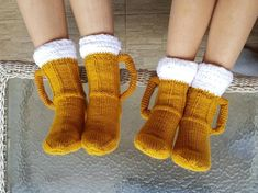 Beer socks Knitted socks Knit beer glass Fathers day gift idea Gift for Him Gag gifts Beer lovers Funny gifts Beer foam socks Novelty socks - Products - Knitting Ideas Wool Socks, Knitting Socks, Hand Knitting, Knitting Patterns, St Patrick's Day Gifts, Fathers Day Gifts, Pilou Pilou, Beer Socks, Ideias Diy