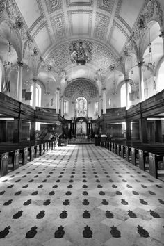 St Clement Danes is an Anglican church in the City of Westminster, London. #London #mkhardy #Street #Photography #blackandwhite #monochrome