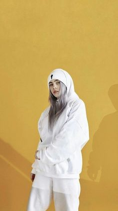 Billie Eilish is the hot, young, new artist that if you haven't listened to yet you better start now. Her music is so amazing it has made a name for itself but it's the Billie Eilish style that has made her stand out in the music scene even more. Billie Eilish, Shawn Mendes, Wallpaper B, Nature Wallpaper, Polychromos, Singer Fashion, Yellow Hoodie, American Singers, Beautiful People