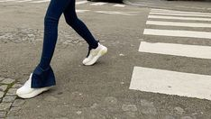 Für viele sind Schuhe die wichtigsten Accessoires zu ihrem Outfit. Wenn man modisch ins Frühjahr starten möchte, sollte man ab jetzt auf klobige oder dunkle Turnschuhe verzichten und auf diese 5 Sneaker-Trends setzen. Sneaker Trend, Trends, Outfit, Tops, Retro Sneakers, Gymnastics, Outfits, Kleding, Clothes