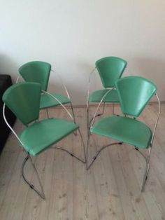 Runder Holztisch, ausziehbar (dann oval), Fuß aus Chrom. 4 Stühle aus türkisem Leder mit verchromten Rahmen.Größe des Tisches ist für 4-6 Personen. Tisch und Stühle weisen leichte Spuren der Benutzung auf. Möbel werden nicht verschickt - nur Abholung im Saarland/Grenze Luxemburg.