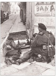 Paratroopers from Parachute Brigade take cover on a street corner in Athens during operations against members of the pro-Communist ELAS, December British Armed Forces, British Soldier, British Army, World War One, Second World, Hellenic Army, Greece History, Ww2 Pictures, Army Infantry