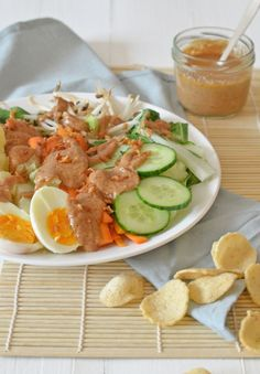 Zelf Idonesische gado gado maken is super makkelijk, en hartstikke lekker met de pindasaus die erbij hoort. Ik geef je het recept. Indian Food Recipes, Asian Recipes, Healthy Recipes, Ethnic Recipes, Gado Gado, Malay Food, Good Food, Yummy Food, Malaysian Food